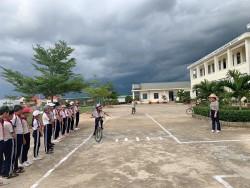 6. Học sinh thực hành điều khiển xe đạp chuyển hướng an toàn.